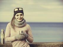 De geschikte vrouw in het koude dag opwarmen drinkt thee royalty-vrije stock afbeeldingen