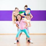 De geschiktheid van Zumba van de jonge geitjestrein in dansende school Stock Foto
