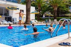 De geschiktheidsinstructeur houdt een klasse van de aquaaerobics bij het Hotel Stock Foto
