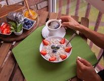 De geschiktheidsvrouw heeft een gezond ontbijt Stock Afbeelding