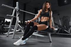 De geschiktheidsvrouw vormde buik, abs Atletisch meisje met vlakke buiktraining in gymnastiek royalty-vrije stock afbeeldingen