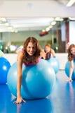 De geschiktheidsvrouwen van de gymnastiek - Opleiding en training Stock Fotografie