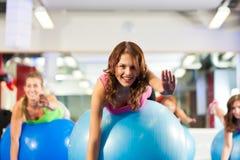 De geschiktheidsvrouwen van de gymnastiek - Opleiding en training Royalty-vrije Stock Afbeeldingen