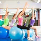 De geschiktheidsvrouwen van de gymnastiek - Opleiding en training Royalty-vrije Stock Fotografie