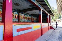 De geschilderde beelden van Boedha in de tempel met toerist in Tibetaanse Boeddhismetempel in Sikkim, India Royalty-vrije Stock Fotografie