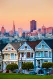 De Geschilderde Dames van San Francisco, Californië zitten het gloeien amid royalty-vrije stock afbeelding