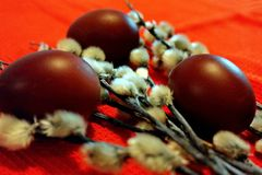 De geschilderde eieren en de verbatakken zijn symbolen van Orthodoxe Pasen Orthodoxe Pasen-vakantie Gelukkige Dag Heldere Pasen! stock afbeelding