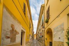 De geschilderde muren cobbled steeg in middeleeuwse stad Royalty-vrije Stock Afbeeldingen