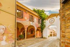 De geschilderde muren cobbled steeg in middeleeuwse stad Stock Fotografie