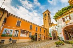 De geschilderde muren cobbled steeg in middeleeuwse stad Royalty-vrije Stock Foto's