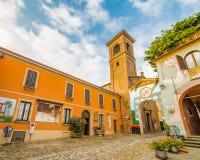 De geschilderde muren cobbled steeg in middeleeuwse stad Stock Afbeeldingen