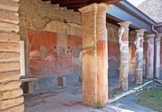 De geschilderde muren in oude villa stock foto