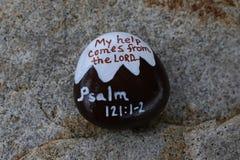 De geschilderde rots met beeld van een sneeuw behandelde van verwijzingen voorzien berg met Psalm 121:12 Stock Foto