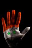 De GESCHILDERDE Vlaggen van Handen - de kleur van Syrië op geopende vinger Royalty-vrije Stock Afbeeldingen