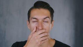 De geschokte en verraste mens stijgt zijn glazen op en bekijkt de camera in verrassing stock video