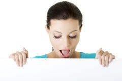Geschokte vrouw die lege raad houden Stock Foto