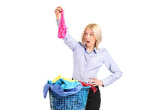 De geschokte vrouw vond iemand anders kousen Stock Foto