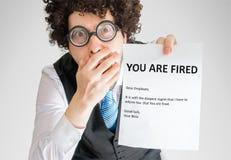 De geschokte werknemer toont de brief met u in brand gestoken bericht is stock afbeelding