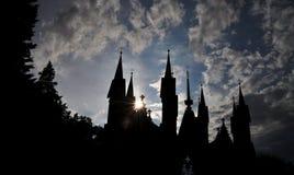 De gesilhouetteerde Gotische heroplevingsbouw Stock Foto's