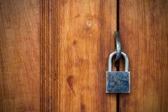 De gesloten houten veiligheid van de slotdeur Royalty-vrije Stock Afbeeldingen