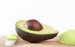 De gesloten omhoog helft van Avocadofruit op wit Royalty-vrije Stock Afbeelding