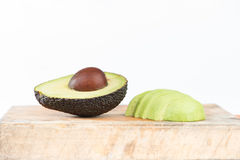 De gesloten omhoog helft van Avocadofruit op wit Royalty-vrije Stock Foto