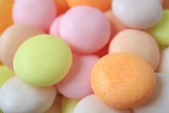 De gesloten omhoog hoop van pastelkleur kleurde om gevormd suikergoed, met selectieve nadruk royalty-vrije stock afbeelding