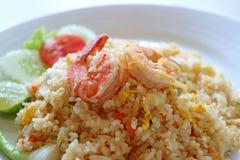De gesloten omhoog Thaise die stijlgarnalen braadden rijst op witte plaat met selectieve nadruk wordt gediend Stock Foto's