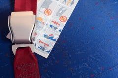 De gesloten veiligheidsgordel en de instructie leggen op de stoel. stock foto's
