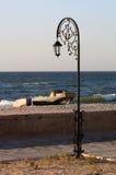 De gesmede lantaarn van de parkstraat op het strand met boten Royalty-vrije Stock Afbeeldingen