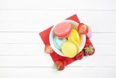 De gesneden aardbeien ¹ van â⠂¬â€ ¹ â⠂¬â€ en makaronkoekjes op een witte lijst met een servet de zomer met aardbeien en hel stock afbeeldingen