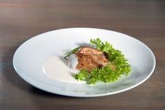De gesneden borst van de pinda vastgeroeste kip met verse salade Stock Foto's