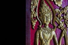 De gesneden deurpanelen zijn prachtig verfraaid met vergulde zwarte lak, Thailand Stock Foto's