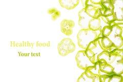 De gesneden groene paprika belt paprika op een witte achtergrond Decoratief kader van peper Geïsoleerde De achtergrond van het vo Royalty-vrije Stock Afbeelding