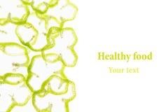 De gesneden groene paprika belt paprika op een witte achtergrond Decoratief kader van peper Geïsoleerde De achtergrond van het vo Royalty-vrije Stock Afbeeldingen