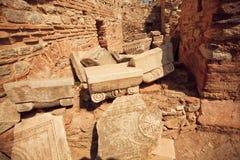 De gesneden kolommen en de muren falled neer van Grieks-Roman imperiumtijd en toeristen rond Ephesus Royalty-vrije Stock Fotografie