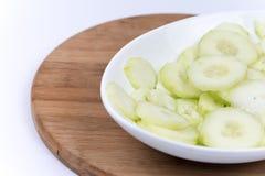 De gesneden komkommers op de plaat, macro dichte omhoog vlak leggen Stock Foto