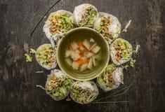De gesneden rijst rolt met een transparante noedel binnen gevoerde cirkel met groentesoep op houten hoogste mening als achtergron Royalty-vrije Stock Fotografie