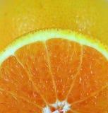 De gesneden sinaasappel kijkt vers stock afbeeldingen