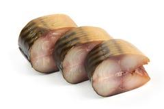 De gesneden stukken van koude rookten makreel, close-up, dat op witte achtergrond wordt ge?soleerd stock afbeelding