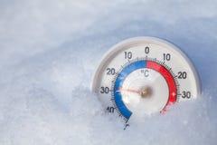 De gesneeuwde thermometer toont minus 29 Celsius-graad extreme koude wi royalty-vrije stock afbeelding