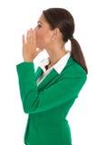 De geïsoleerde onderneemster in groene blazer verzendt bericht of het roepen van u Royalty-vrije Stock Foto