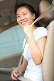 De gesp van de vrouwenbestuurder omhoog de veiligheidsgordel in auto Stock Afbeelding