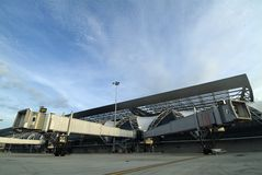 De gespleten Bruggen van Jetway van de Luchthaven Stock Afbeeldingen