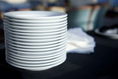 De Gestapelde dienst/de Platen van het restaurant stock foto's