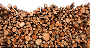 De gestapelde houten logboeken van het besnoeiings ruwe hout royalty-vrije stock foto