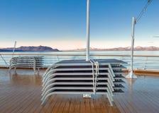 De gestapelde openluchtzitkamer van het cruiseschip zit, in het koele vocht van dageraad, Alaska, de V.S. voor royalty-vrije stock fotografie