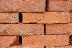 De gestapelde oranje stevige achtergrond van de kleibaksteen Stock Afbeelding