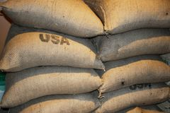 De gestapelde volledige zakken van koffieclose-up met de V.S. stempelden op wat van hen Royalty-vrije Stock Afbeelding