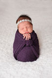 De gestelde Pasgeboren Meisjesslaap in Purple wikkelt in stock foto's